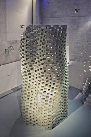 '비행조립건축(Flight Assembled Architecture)' 프로젝트 전시 모습. 군집드론이 스위스의 건축가 그라마지오 콜러가 설계한 비정형의 벽돌탑을 쌓는 공연이다. - Franρois Lauginie 제공